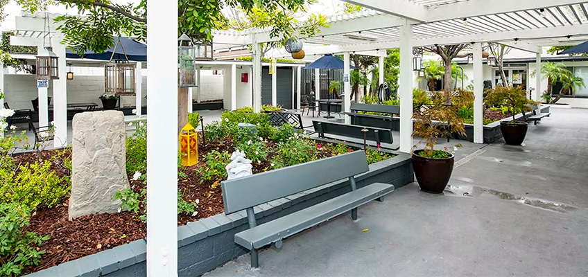 Outdoor garden and seating area at Alcott Rehab