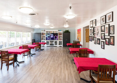 The Applewood Post-Acute dining and activities room