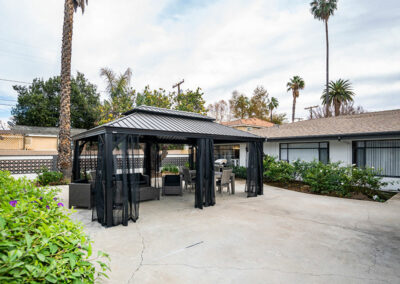 shaded outdoor seating and palm trees at Mission Care Center
